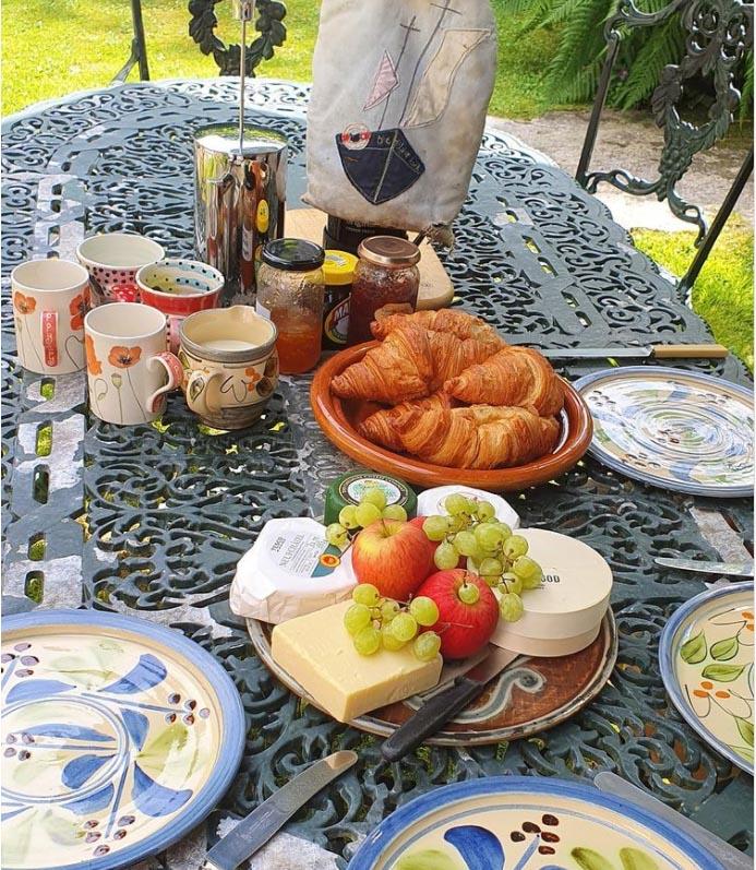 Breakfast at brother's under the tree. #cornwall #alfrescodining #summercooking #heatwave @academyann on Instagram