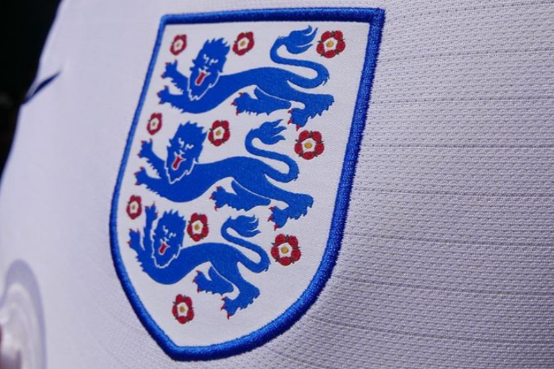 Three lions on the shirt @watchingwiththeworld